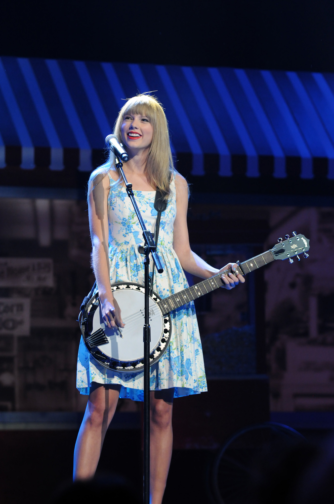 fb769576cbff taylor swift performs at shareholders meeting 2012 .