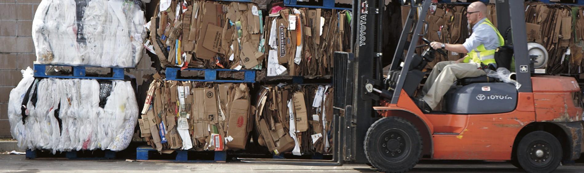 Recycling cardboard. Recyclage de carton.