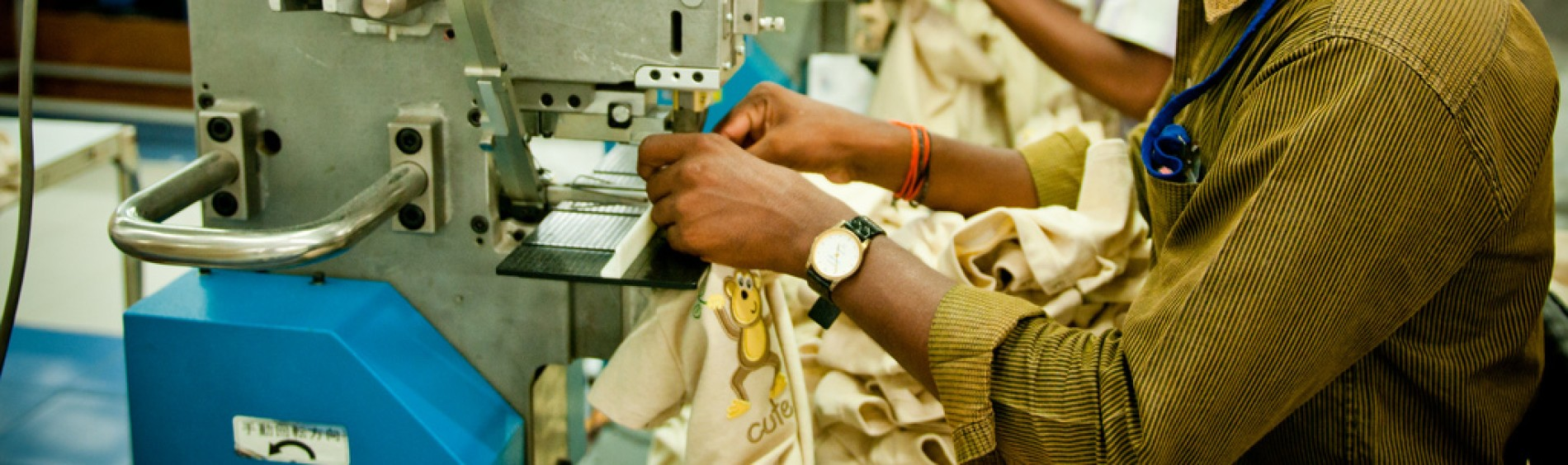 Man working in factory. Homme travaillant dans une usine.