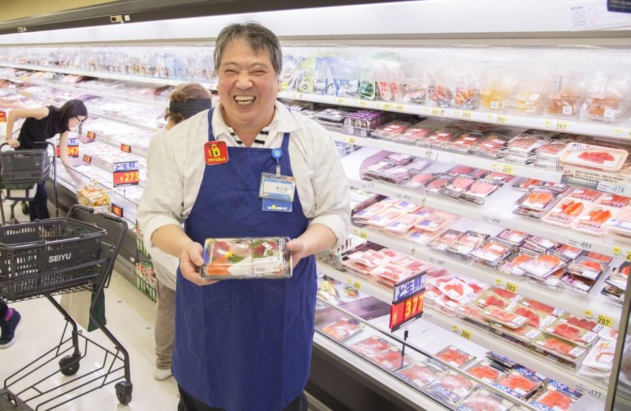 Seiyu Associate Hiroyuki Kikuchi in Seafood Area
