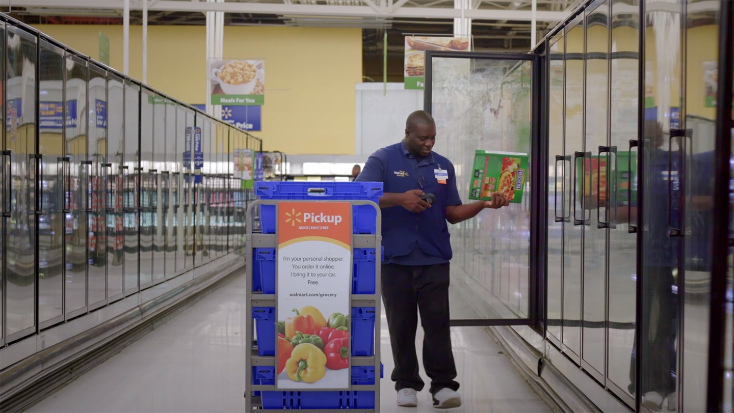 Associate picking groceries for an online grocery pickup order