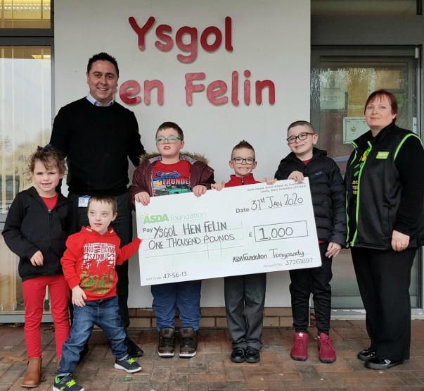 Ysgol Hen Felin who came first in our extra special green token giving vote and picked up an Asda Foundation cheque for £1,000