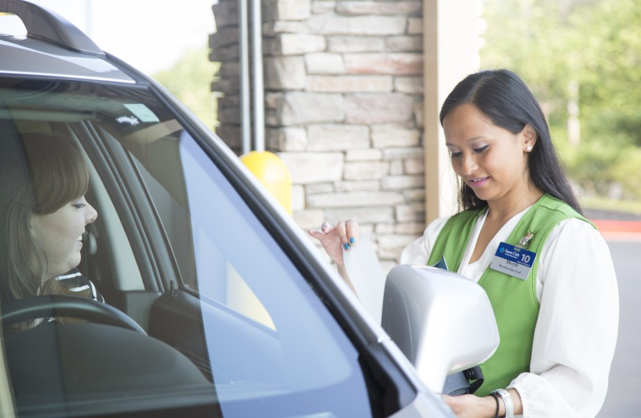 A female associate helps a female member with a pickup order