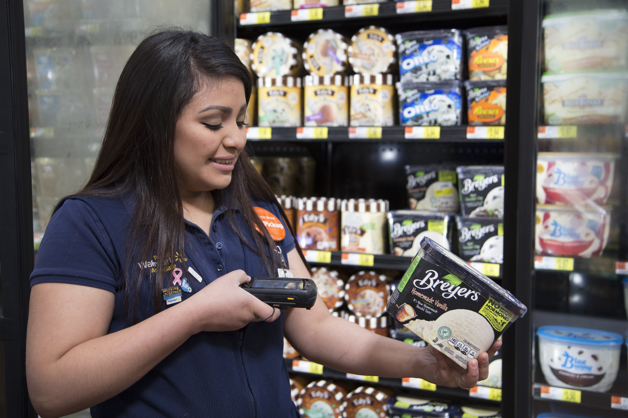 A female associate scans ice cream for grocery pickup